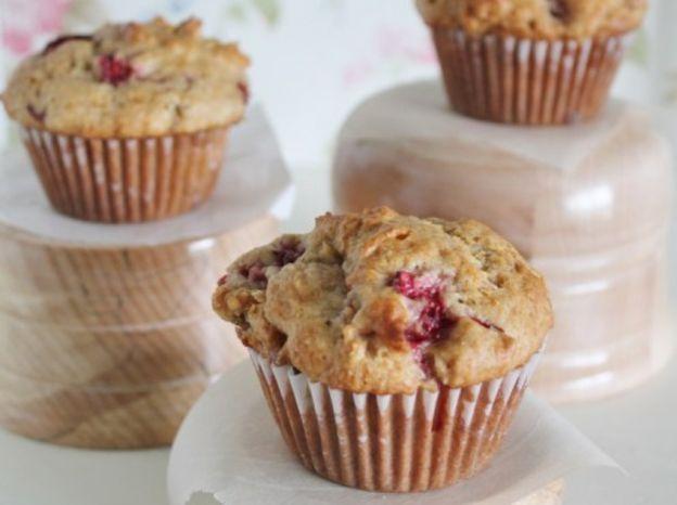 La recette facile de muffins aux fraises et rhubarbe!