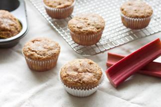 La recette facile de muffins à la rhubarbe et pacanes!