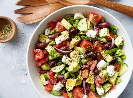 Recette facile de salade grecque à l'avocat!
