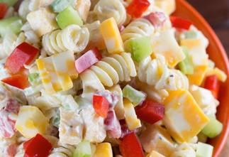 Salade de pâtes crémeuse au fromage cheddar