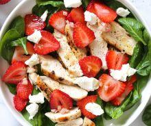 Salade d'épinards et fraises au poulet
