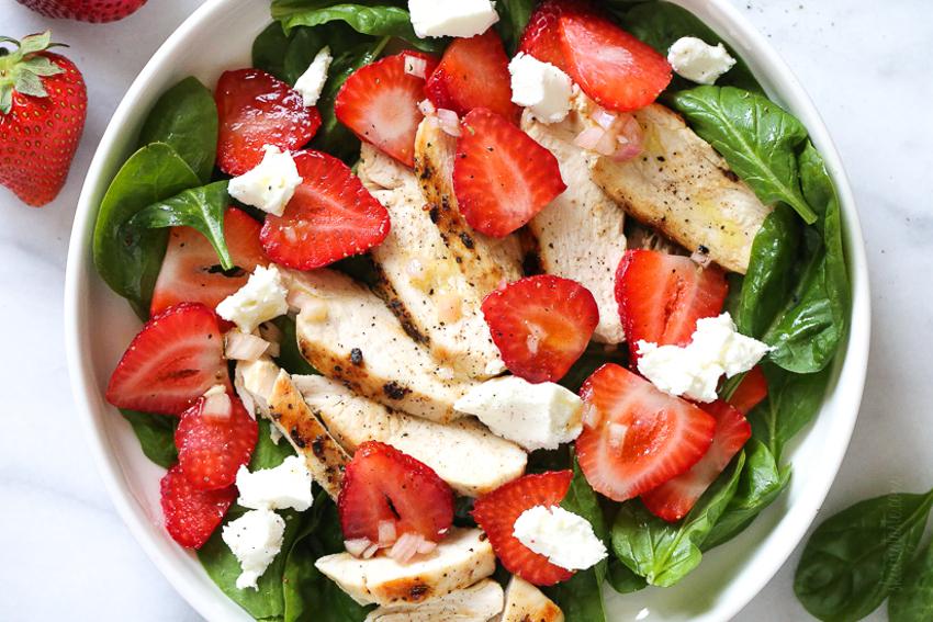Recette facile de salade d'épinards et fraises au poulet!