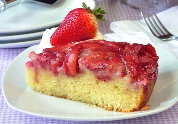 La recette facile de gâteau renversé aux fraises!