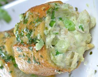 La recette facile de pain à l'ail farci au poulet et à l'avocat!