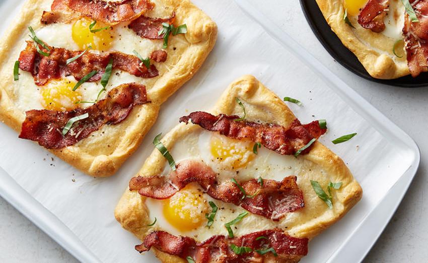 Un déjeuner parfait de croissants aux œufs et bacon!