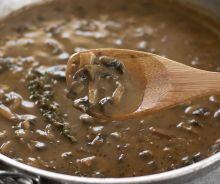 Sauce gravy aux herbes et champignons