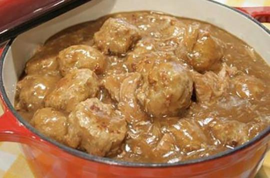 La délicieuse recette traditionnelle de ragoût de boulettes et de pattes de cochons!