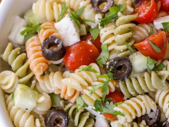 La meilleure recette facile de salade de pâtes à la grecque!