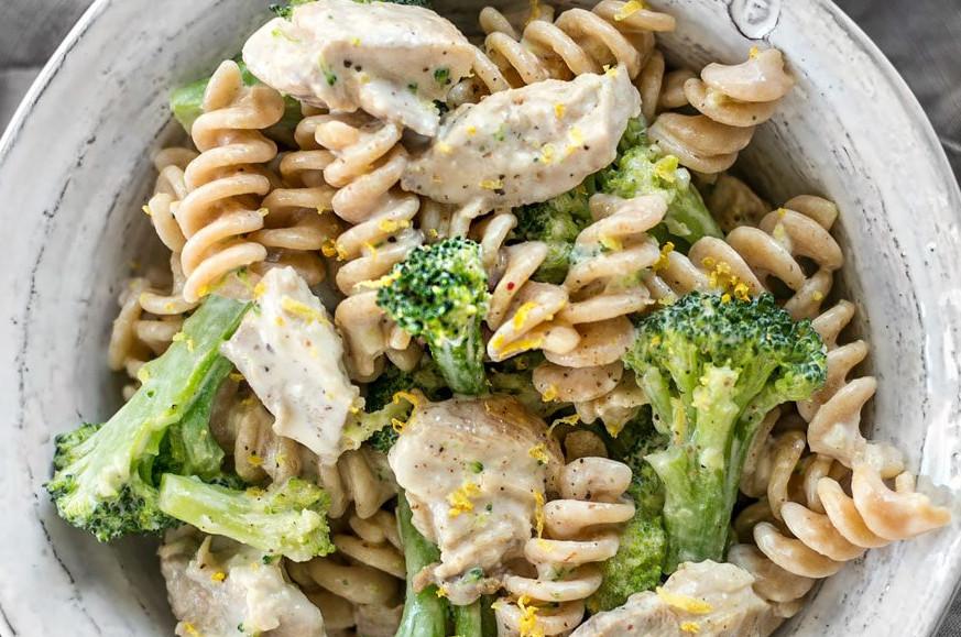 La recette facile de pâtes au poulet, brocoli et sauce crémeuse au citron!