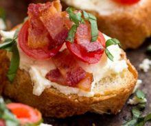 Bruschetta crémeux au feta et bacon