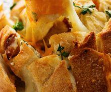 Pain à partager à l'ail et aux trois fromages