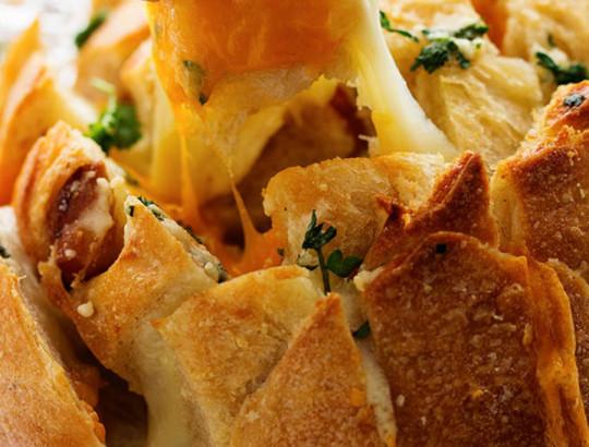 La recette facile de pain à partager à l'ail et aux trois fromages!