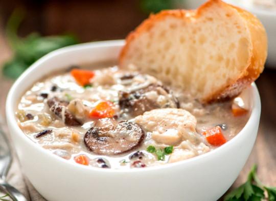 La meilleure recette de soupe au poulet et riz sauvage dans la mijoteuse!