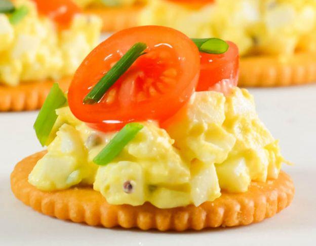 Une recette facile de bouchées de biscuits Ritz à la salade aux œufs et tomates
