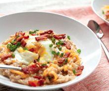 Gruau aux œufs, bacon et fromage (Déjeuner complet)