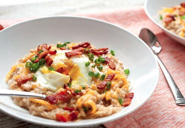 La recette facile de gruau aux œufs, bacon et fromage (Déjeuner complet)!
