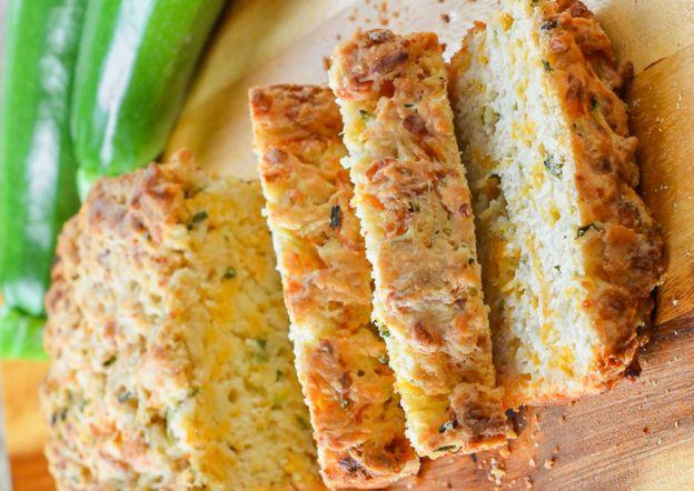 Une délicieuse recette de pain au zucchini, fromage cheddar et à la bière!