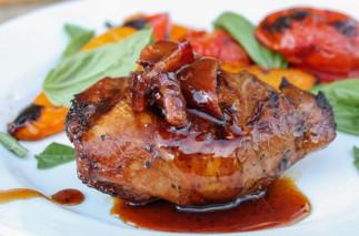 La recette facile de poulet grillé au balsamique, miel et bacon!