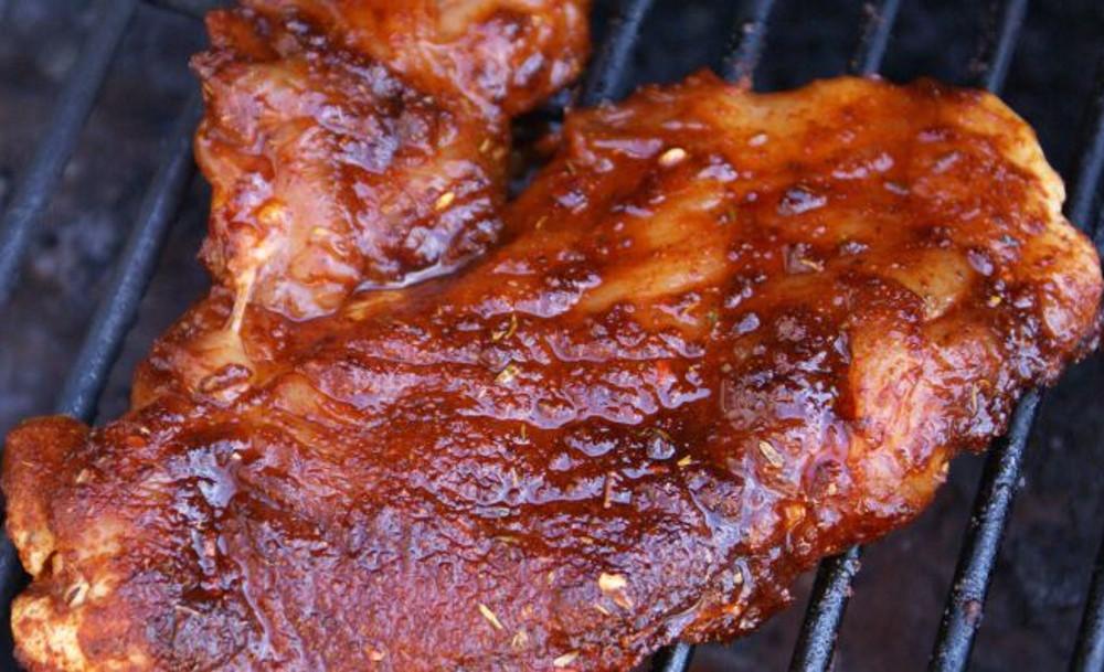 La meilleure recette de poitrines de poulet sucré et épicé sur le BBQ!