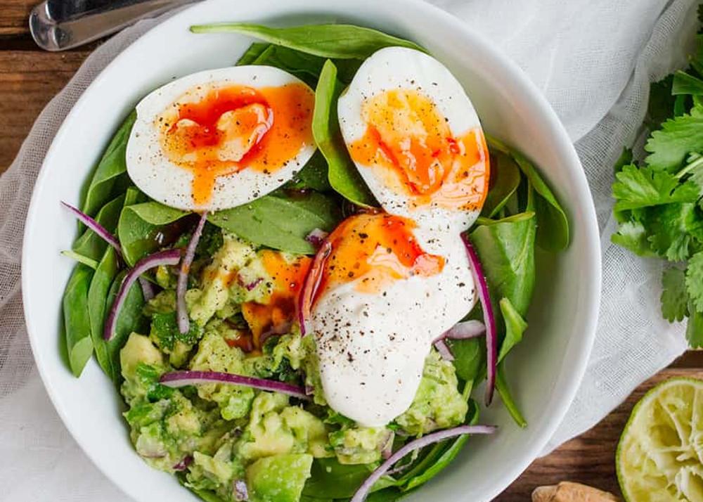 La recette facile de bol déjeuner d'œufs et de guacamole!