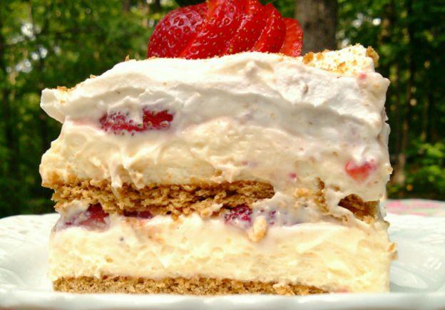 La recette facile de gâteau glacé au fromage et fraises!