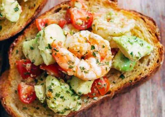 La meilleure recette de pain à l'ail aux crevettes et avocat!