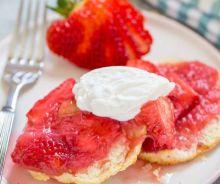Shortcake aux fraises et à la rhubarbe