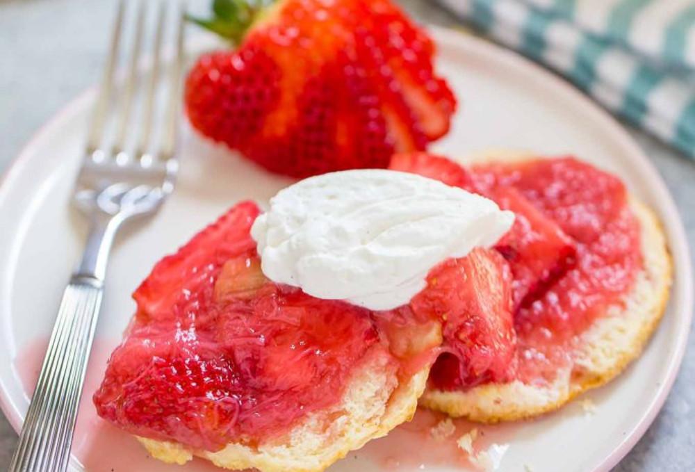 La délicieuse recette de shortcake aux fraises et à la rhubarbe!
