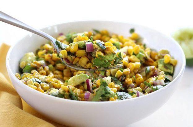 Une délicieuse recette facile de salade de maïs et d'avocat!