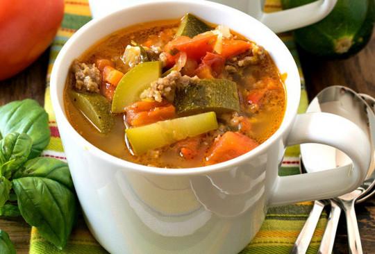 La délicieuse recette de soupe aux courgettes, tomates et saucisses italiennes!