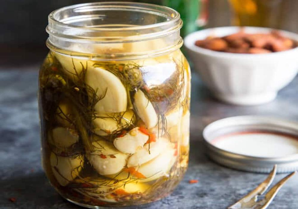 La meilleure recette de conserves d'ail marinées au monde!