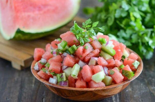 La meilleure recette facile de salsa de melon d'eau!