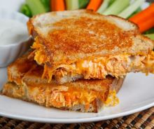 Grilled cheese de luxe au poulet Buffalo