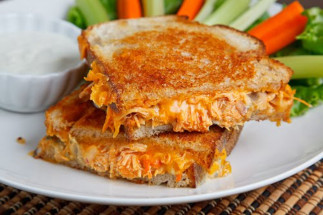 La recette facile du grilled cheese de luxe au poulet Buffalo