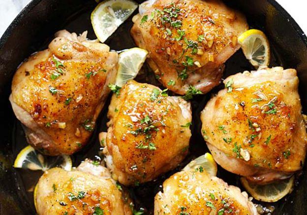 La meilleure recette de cuisse de poulet au beurre, ail et miel dans la casserole!