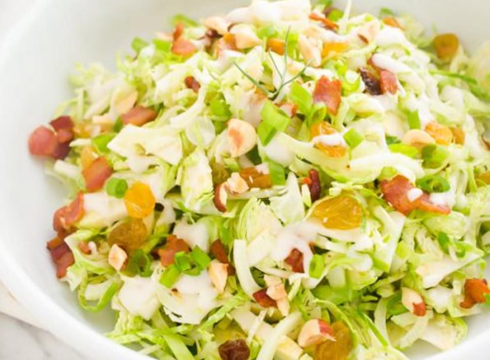 La recette facile salade au chou de Bruxelles, pommes, bacon et noix!