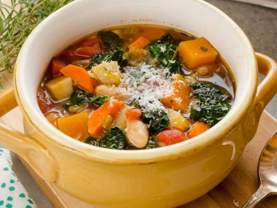 Cette recette de soupe aux légumes d'automne est super rapide à faire!