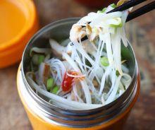 Soupe thaïlandaise dans une tasse