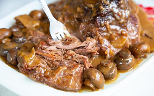 Une recette parfaite de rôti de palette crémeux aux champignons!