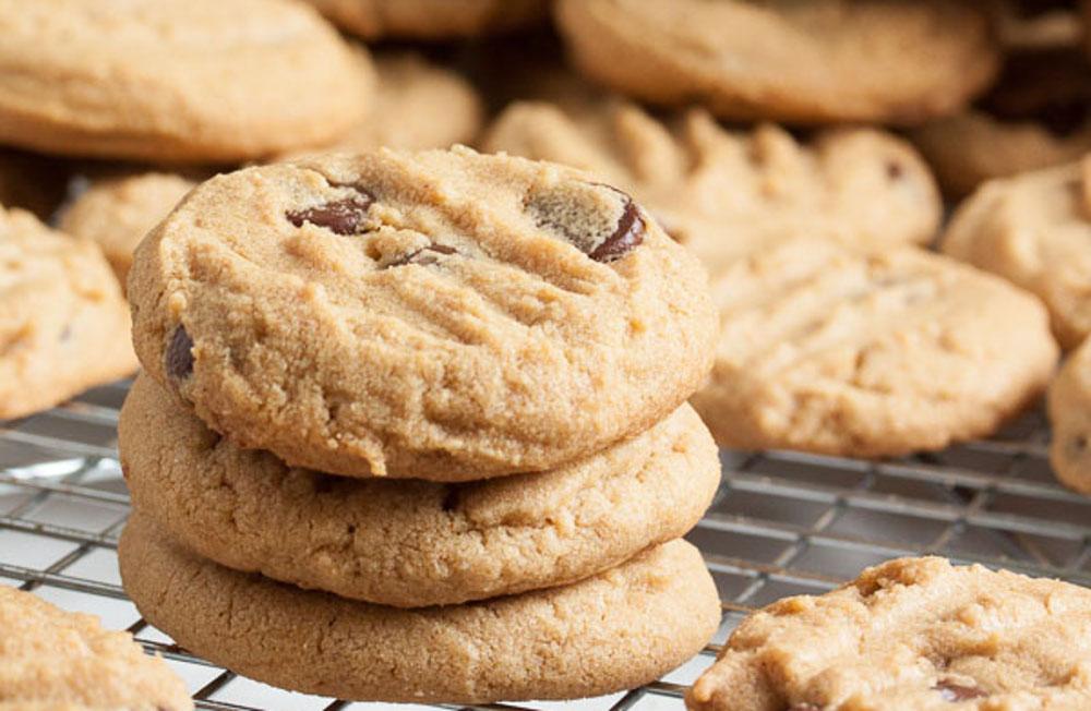 Ces biscuits au beurre d'arachide et pépites de chocolat fondent littéralement dans la bouche!