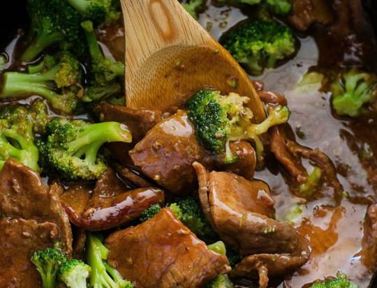 Ce boeuf au brocoli dans la mijoteuse est tout simplement délicieux!