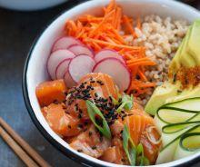 Bol de poke au saumon et riz brun