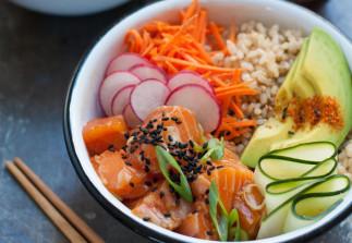 Cette recette de bol de poke au saumon et riz brun est un vrai délice!