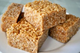 Ces carrés de Rice Krispies au sucre à la crème sont absolument décadent!