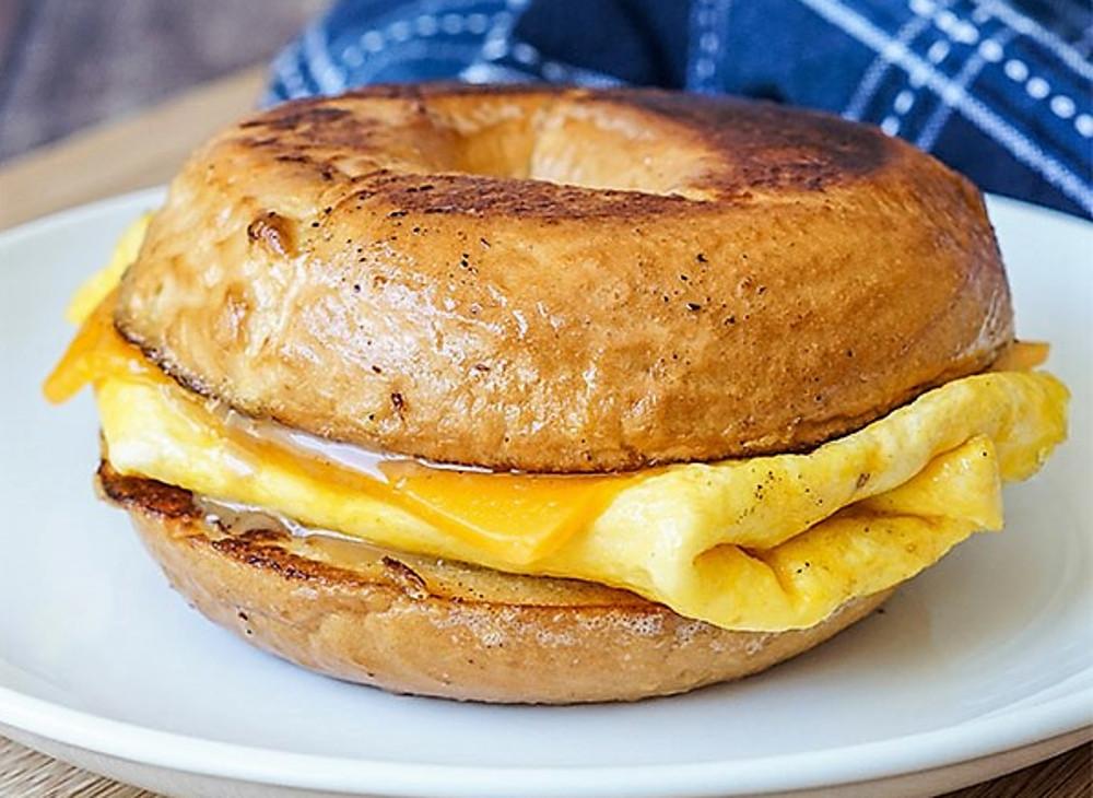 Cette recette de pain doré sur un bagel fait un déjeuner parfait!