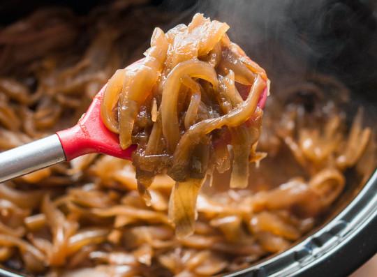 Les oignons caramélisés à la mijoteuse sont PARFAITS et impossible à manquer!