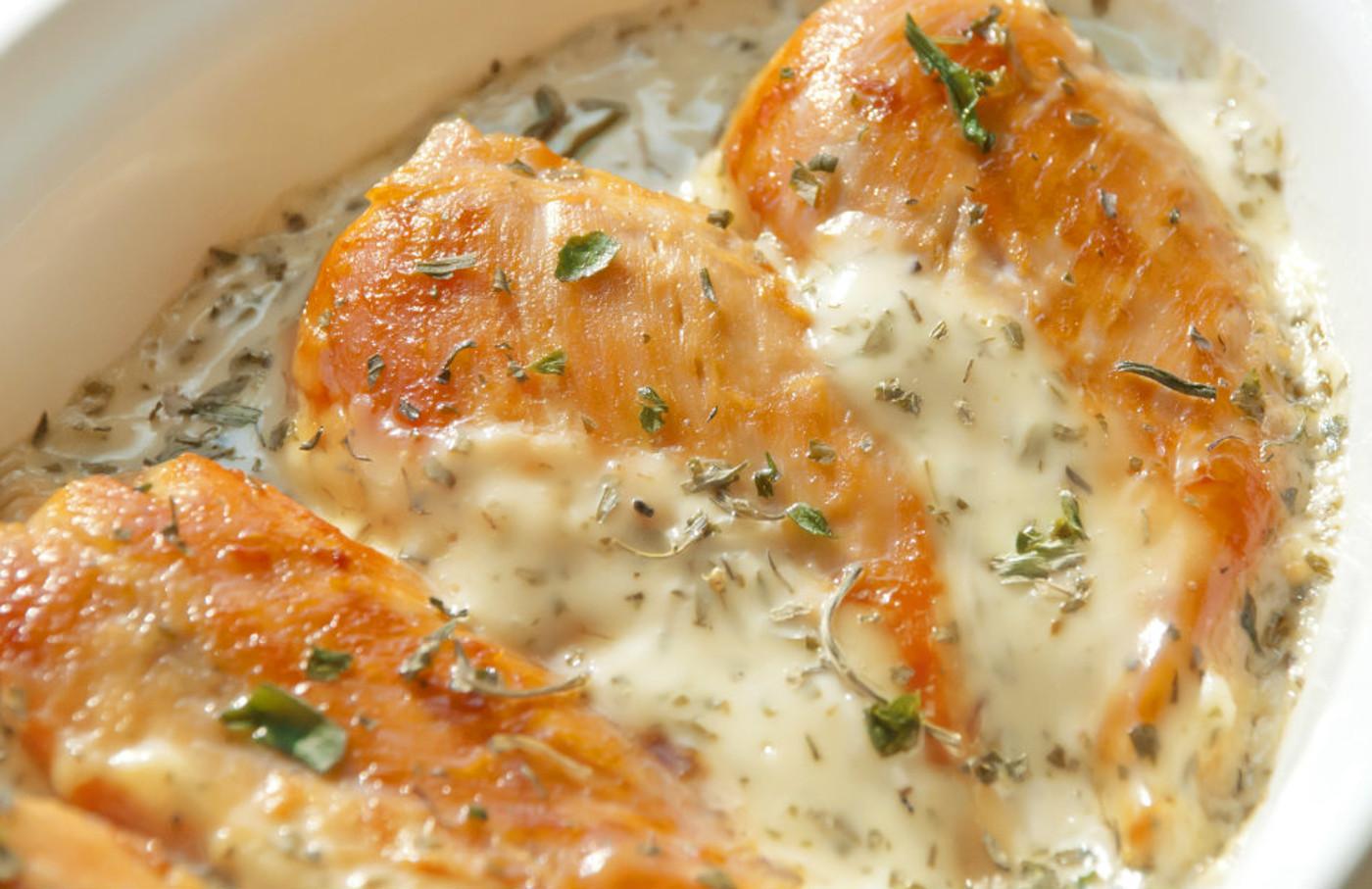 Cette recette de poulet avec une sauce crémeuse aux herbes est extraordinaire!