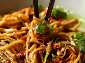 Une recette de bol de nouilles thaïlandaises épicées à ajouter à vos favoris!