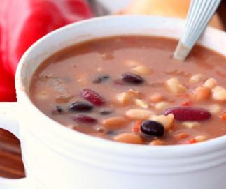 Cette soupe-repas aux cinq fèves est santé et super facile à faire!
