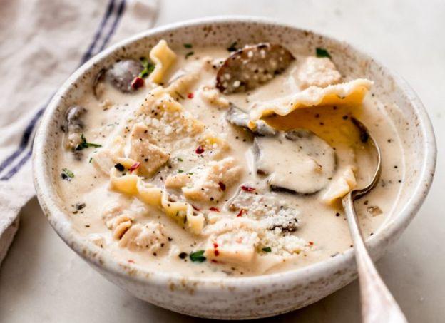 Cette soupe-repas au poulet rôti, lasagne et ail est vraiment parfaite!